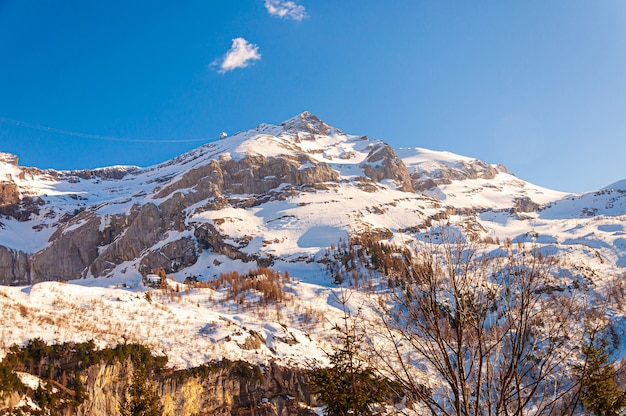 Bela foto da geleira diablerets sob um céu azul na suíça