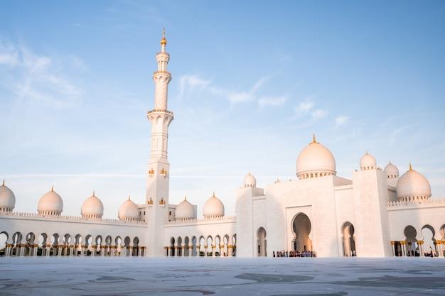 Bela foto da grande mesquita sheikh zayed em abu dhabi durante o dia