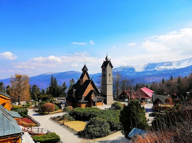 Bela foto da igreja wang e uma torre em karpacz, polônia