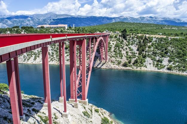 Bela foto da ponte maslenica sobre o canal do rio na croácia