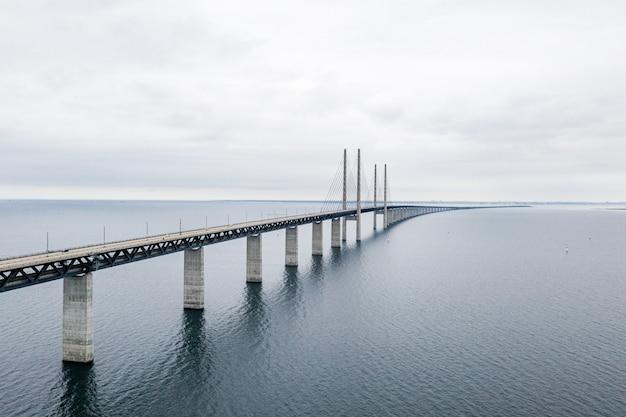 Bela foto da ponte oresund em copenhague, sob um céu nublado