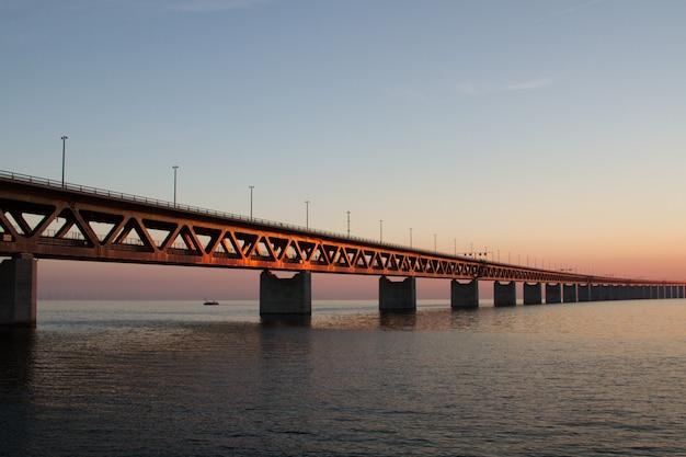 Bela foto da ponte utsiktspunkt öresundsbron sobre a água sob um céu azul