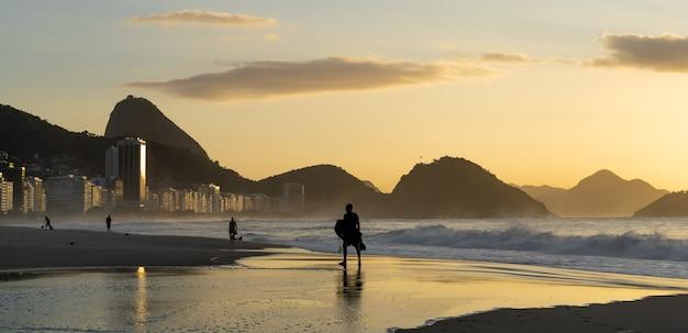 Bela foto da praia de copacabana no rio de janeiro durante o nascer do sol