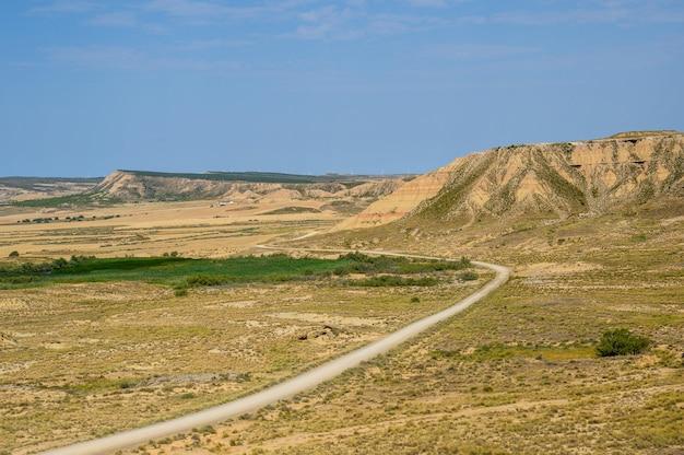 Bela foto da região natural semidesértica de bardenas reales na espanha