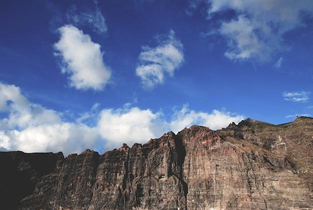 Bela foto das altas formações rochosas e falésias perto do mar