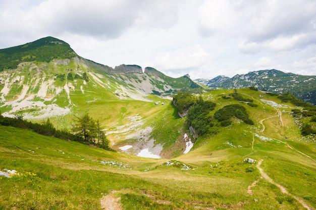 Bela foto das colinas austríacas sob o céu nublado