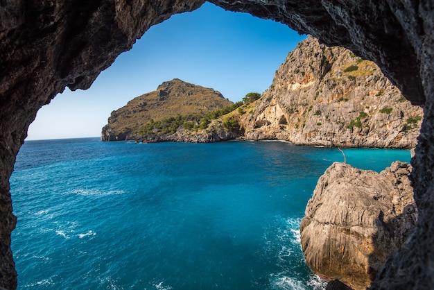 Bela foto das falésias perto do oceano através do arco de pedra natural