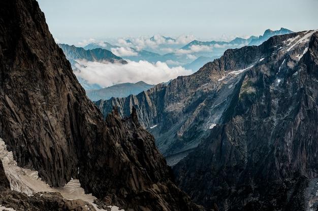 Bela foto das montanhas com um céu claro ao fundo