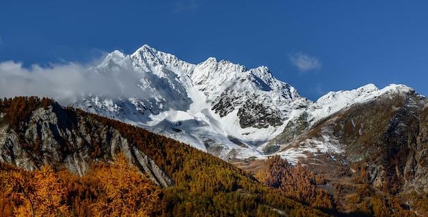 Bela foto das montanhas contra o céu claro em um dia ensolarado