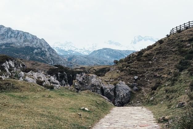 Bela foto das montanhas rochosas em um dia claro, tirada na calçada