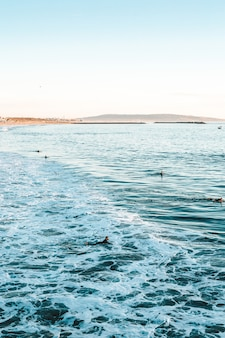Bela foto das ondas do mar com incríveis texturas de água durante um dia ensolarado na praia