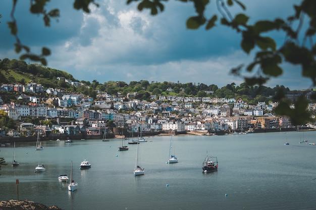 Bela foto de barcos na praia perto da cidade na colina