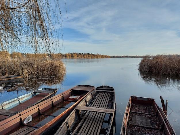 Bela foto de barcos no lago