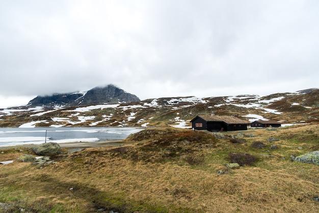 Bela foto de casas com paisagem de neve na noruega