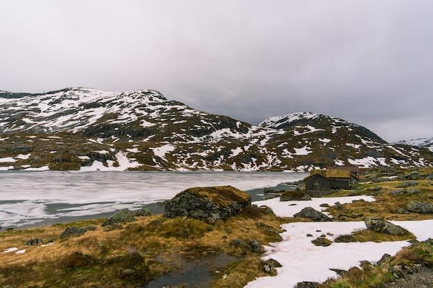 Bela foto de casas com uma paisagem de neve na noruega