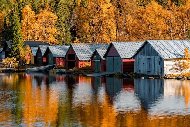 Bela foto de casas de barcos no outono