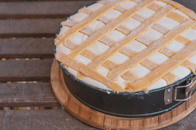 Bela foto de cheesecake colocada na mesa de madeira