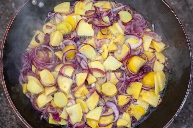 Bela foto de comida sendo preparada ao ar livre no fogão