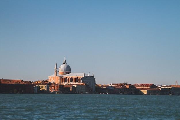 Bela foto de edifícios à distância nos canais de veneza itália