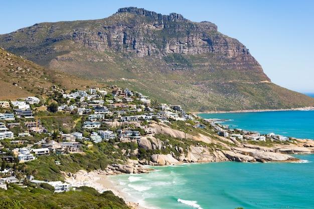 Bela foto de edifícios em uma colina em uma praia turquesa na cidade do cabo, áfrica do sul