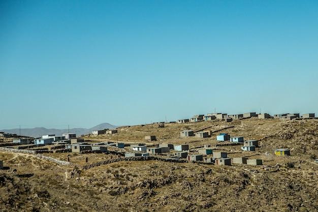 Bela foto de edifícios na montanha com um céu azul ao fundo