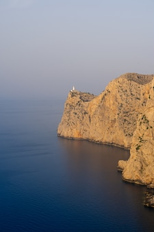 Bela foto de falésias rochosas do mar em um dia ensolarado