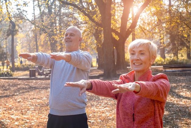 Bela foto de idosos se exercitando no parque