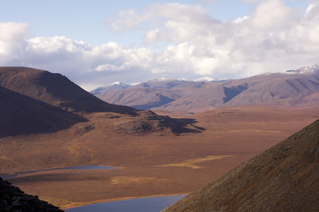 Bela foto de lagos no meio de colinas nos portões do parque nacional do ártico