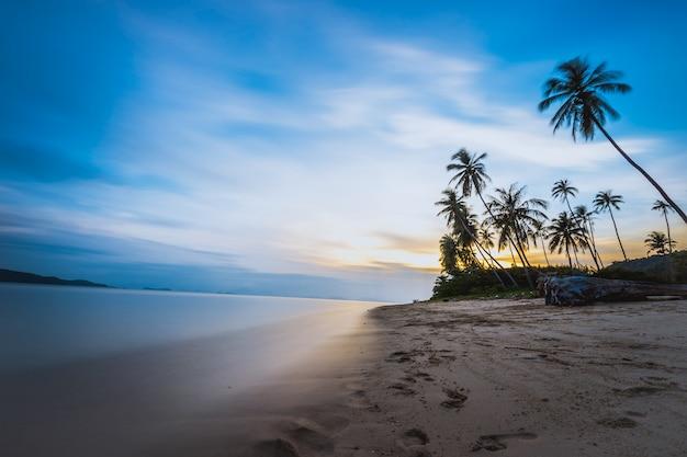 Bela foto de longa exposição do sol na praia tropical