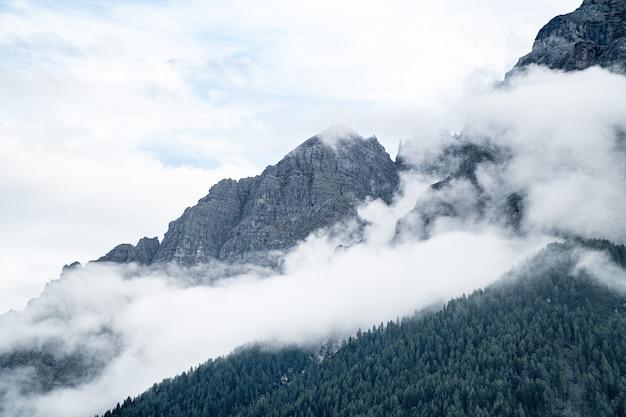 Bela foto de montanhas com nevoeiro