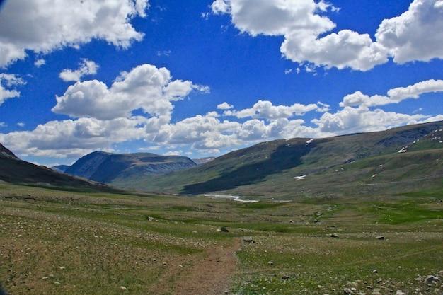 Bela foto de montanhas e um vale verde