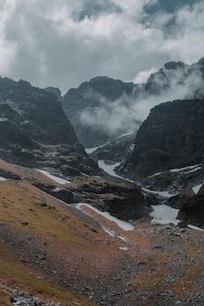Bela foto de montanhas rochosas com nevoeiro