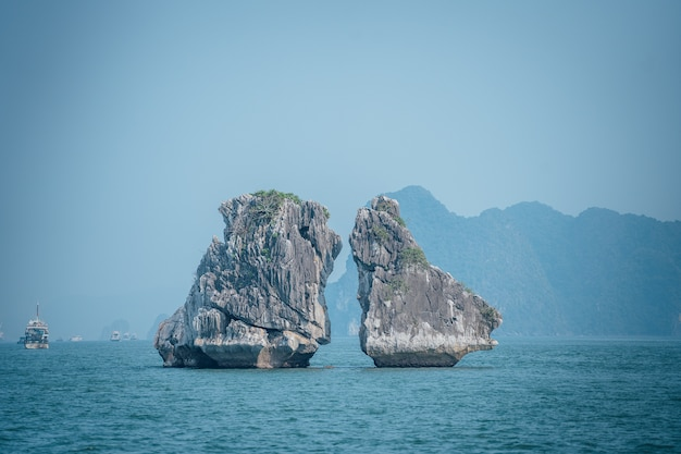 Bela foto de pedras se beijando na baía de ha long, no vietnã