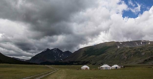 Bela foto de um acampamento e montanhas ao redor em um dia nublado