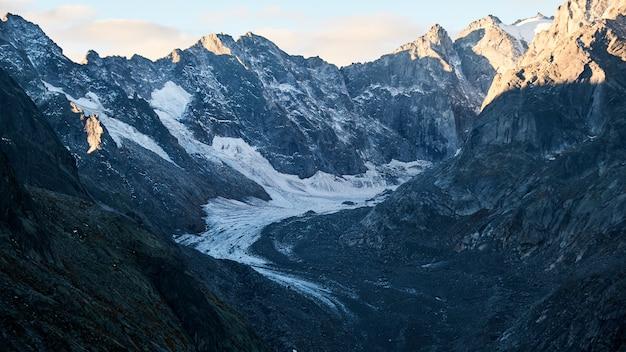 Bela foto de um caminho no meio das montanhas durante o dia
