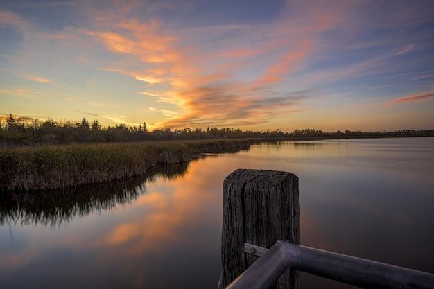 Bela foto de um céu ao pôr do sol sobre o lago de cristal em alberta, canadá