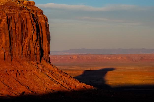 Bela foto de um deserto e grande penhasco em um dia ensolarado