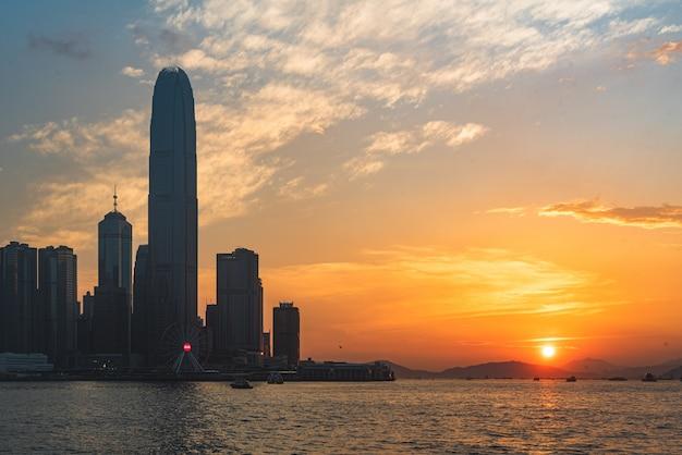 Bela foto de um horizonte urbano da cidade com o mar do lado ao pôr do sol