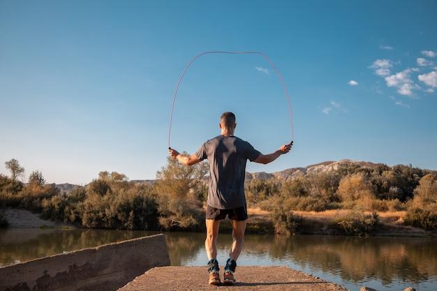 Bela foto de um jovem macho treinando na natureza