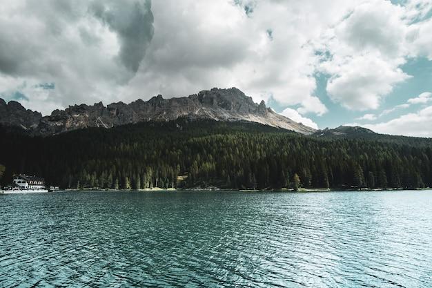 Bela foto de um lago com montanhas ao fundo