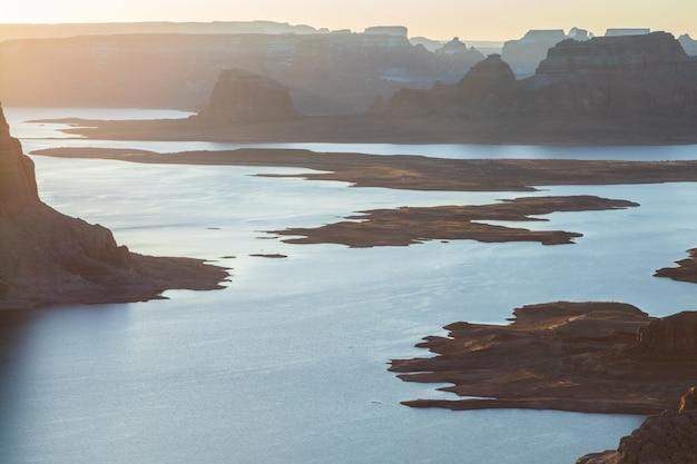 Bela foto de um lago rodeado por montanhas rochosas