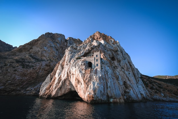 Bela foto de um mar com falésias