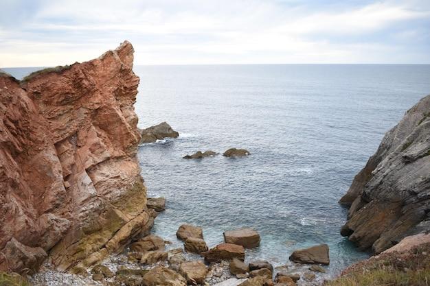Bela foto de um mar com pedras