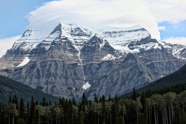 Bela foto de um monte robson no canadá