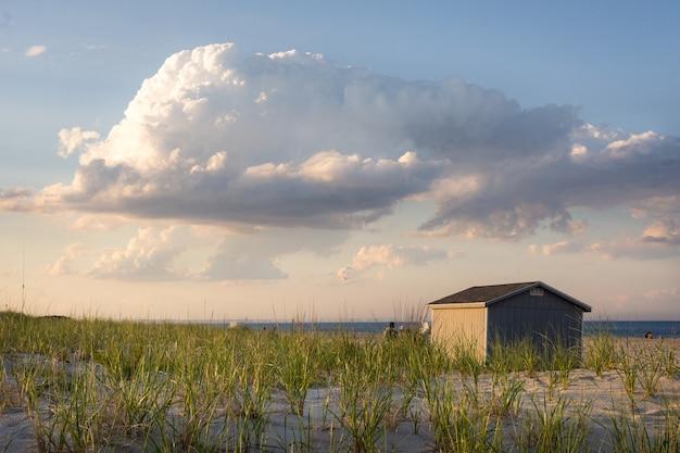 Bela foto de um pequeno prédio perto da praia