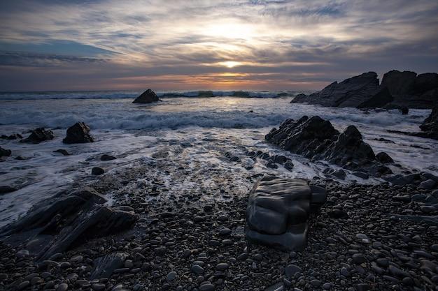 Bela foto de um pôr do sol na baía de duckpool no norte da cornualha, no reino unido