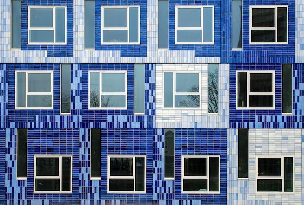 Bela foto de um prédio com diferentes ladrilhos azuis