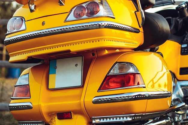 Bela foto de um quadriciclo esportivo amarelo