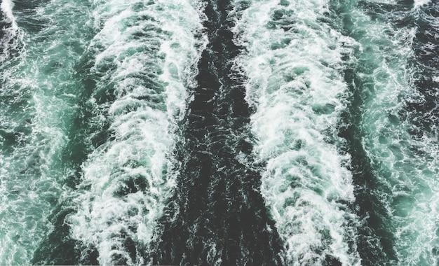 Bela foto de um traço de espuma de lancha no mar