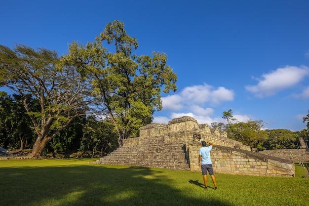 Bela foto de um turista visitando as ruinas de copan e suas belas ruínas maias em honduras